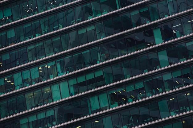 Paredes de vidro espelhado com janelas no edifício do centro comercial da cidade de moscou