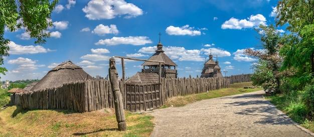 Paredes externas, cerca de madeira e torres de vigia da reserva nacional khortytsia em zaporozhye, ucrânia, em um dia ensolarado de verão