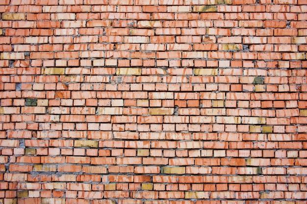 Paredes feitas de tijolos vermelhos e cimento