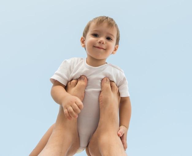 Parenting feliz bebê segurando no ar