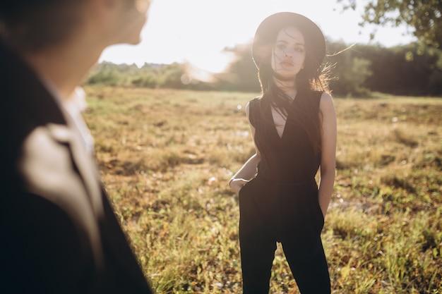 Pares elegantes e elegantes que passam o tempo fora e que flertam um com o otro.