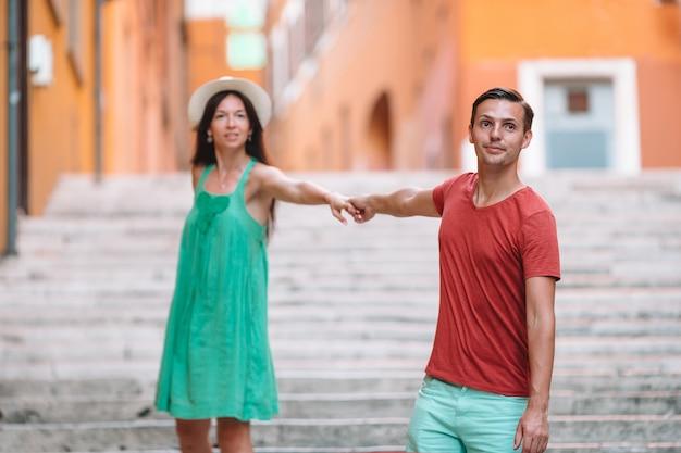 Pares felizes do turista, homem e mulher viajando em feriados na europa sorrindo feliz. casal caucasiano.