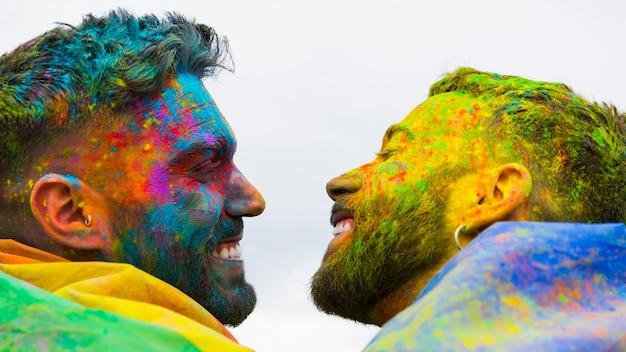 Pares homossexuais alegres, olhando um para o outro