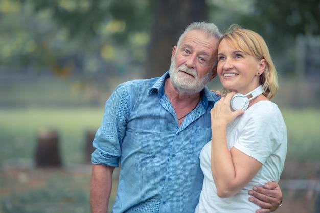 Pares idosos felizes que apreciam passando o tempo junto