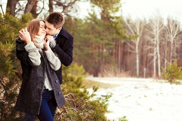 Pares loving na floresta