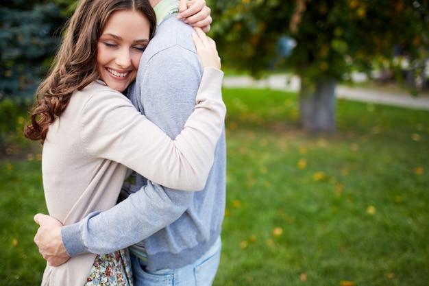Pares que abraçam no parque