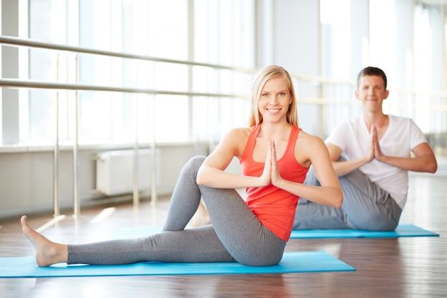 Pares que fazem a ioga Foto gratuita
