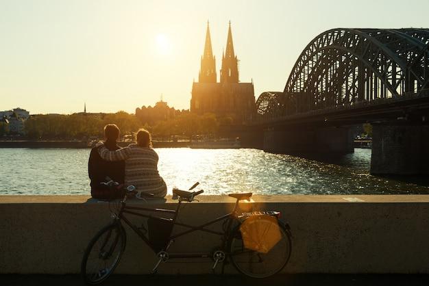 Pares românticos novos que passam suas férias na água de colônia, alemanha.