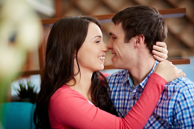 Pares românticos tocar e beijar uns aos outros