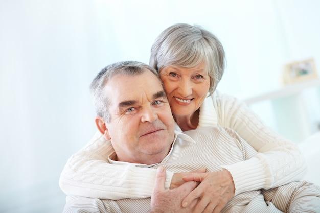 Pares sênior que apreciam sua aposentadoria