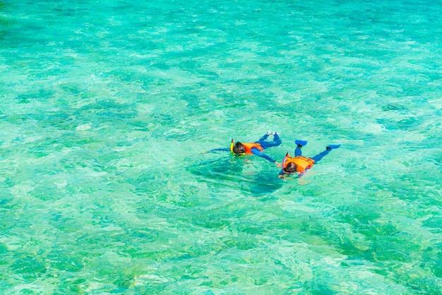 Pares snorkeling na ilha tropical de maldives.