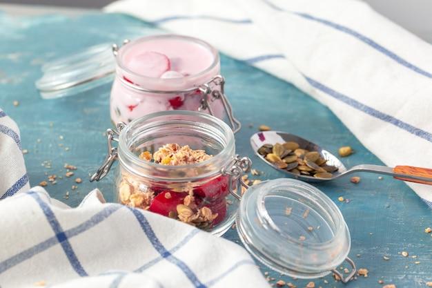 Parfait de café da manhã com granola caseira e iogurte