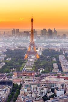Paris- 9 de julho: vista da cidade de paris com a torre eiffel vista de cima no crepúsculo do pôr do sol laranja, em 9 de julho de 2015 em paris, frança