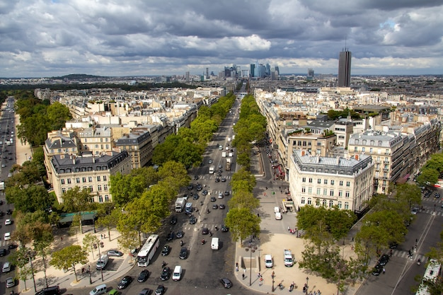 Paris, a capital da frança, é uma grande cidade europeia e um centro global de arte, moda, gastronomia e cultura.
