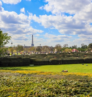 Paris / frança - 04 de abril de 2019: no maravilhoso jardim das tulherias, no louvre, na primavera. vista na torre eiffel