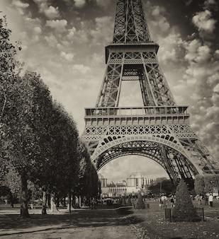 Paris, la tour eiffel. pôr do sol de verão acima da famosa torre da cidade.