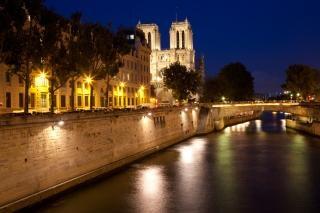 Paris sur seine crepúsculo france