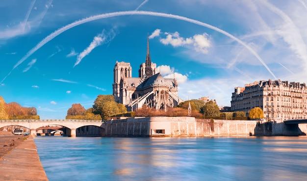 Paris, vista sobre o rio sena com a catedral de notre-dame