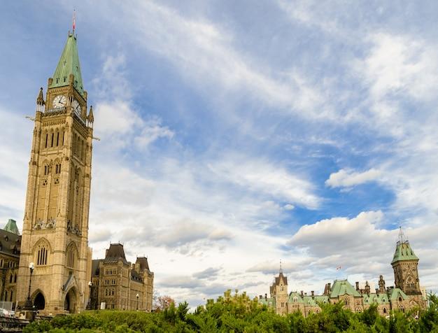 Parlamento canadense com torre da paz e bloco do leste em ottawa, canadá