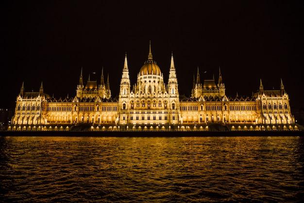 Parlamento húngaro à noite em budapeste