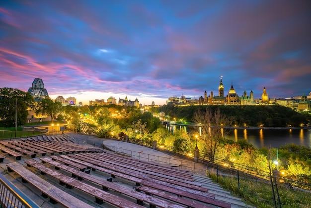 Parliament hill em ottawa, ontário, canadá ao pôr do sol