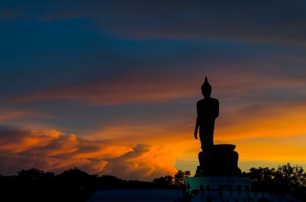 Parque budista no distrito de phutthamonthon, buddha monthon. província de nakhon pathom da tailândia.