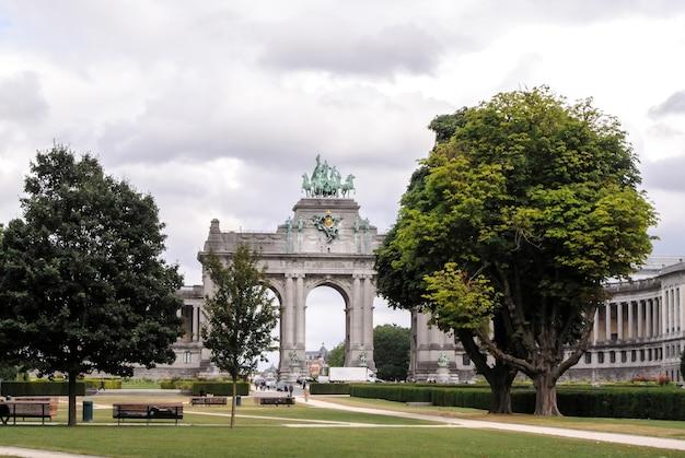Parque cinquantennaire e arco do triunfo em bruxelas Foto Premium