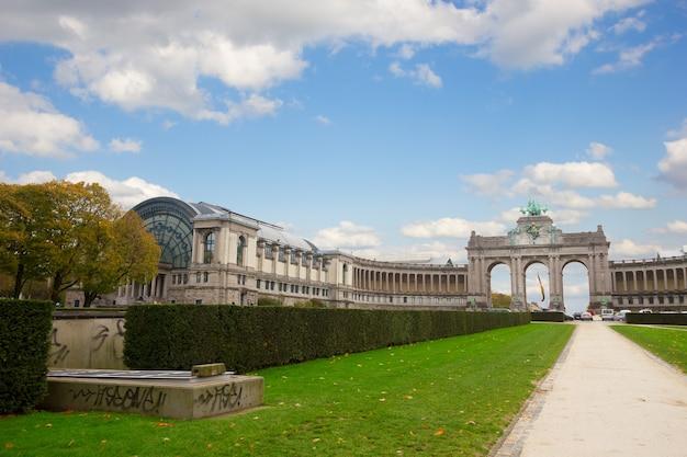 Parque cinquantennaire em bruxelas com o arco do triunfo - um dos símbolos arquitetônicos de bruxelas, bélgica