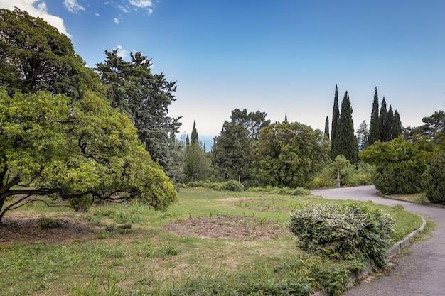 Parque com belas paisagens do palácio de livadia, na costa do mar negro em yalta, na crimeia