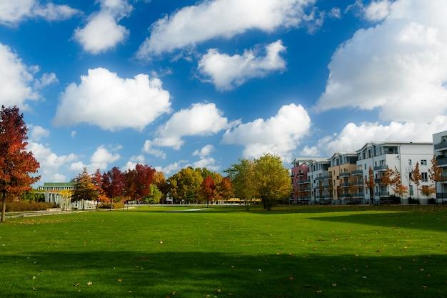 Parque, com, grama verde, perto, a, casa, em, a, lubeck, alemanha
