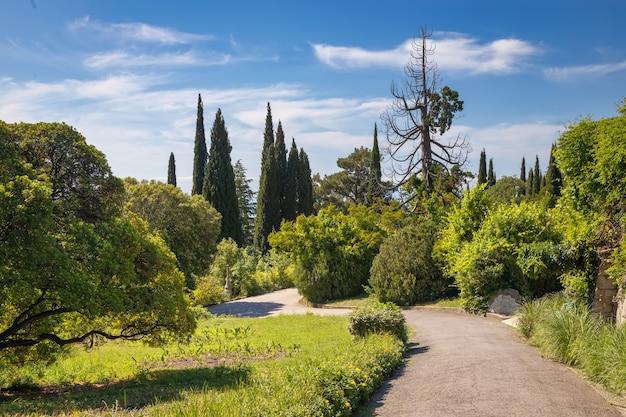 Parque da bela paisagem do palácio de livadia, na costa do mar negro. yalta, crimeia