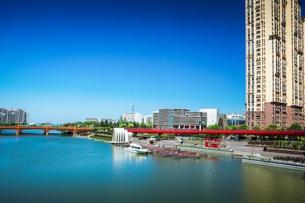 Parque da cidade com a praia de suzhou em segundo plano