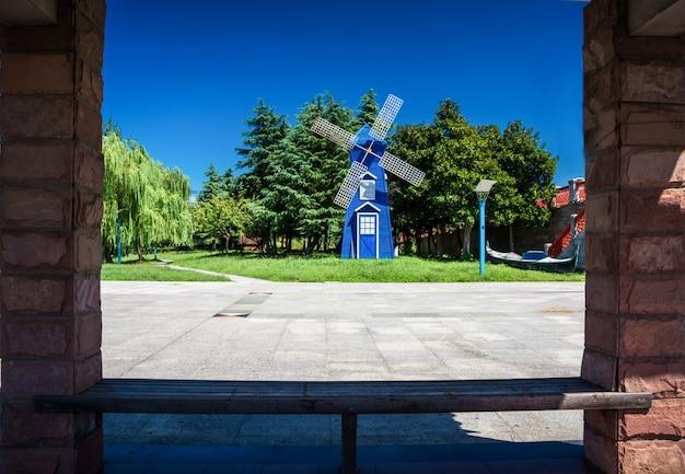 Parque da cidade popular wallanlagen com am wall windmill e primeiro plano de flores coloridas em bremen, alemanha