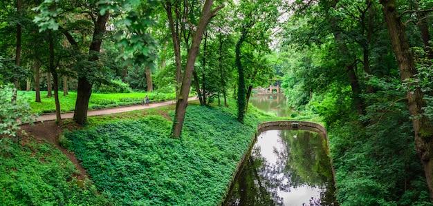 Parque de alexandria em bila tserkva, um dos arboretos mais bonitos e famosos da ucrânia, em um dia nublado de verão.