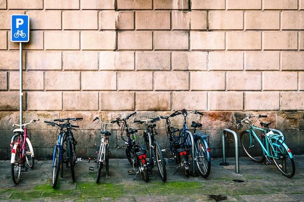 Parque de bicicletas na paisagem urbana moderna de barcelona