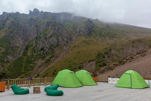 Parque de campismo em shymbulak. tendas e caminhantes no acampamento em shymbulak, cazaquistão.