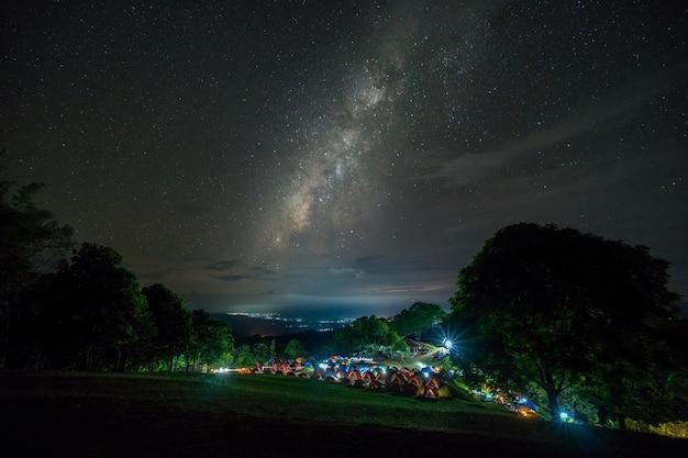 Parque de campismo sob via láctea. vista da galáxia da via látea em tailândia, céu noturno.