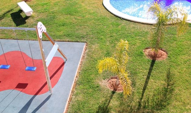Parque de crianças jardim alto ponto de vista grama balanço