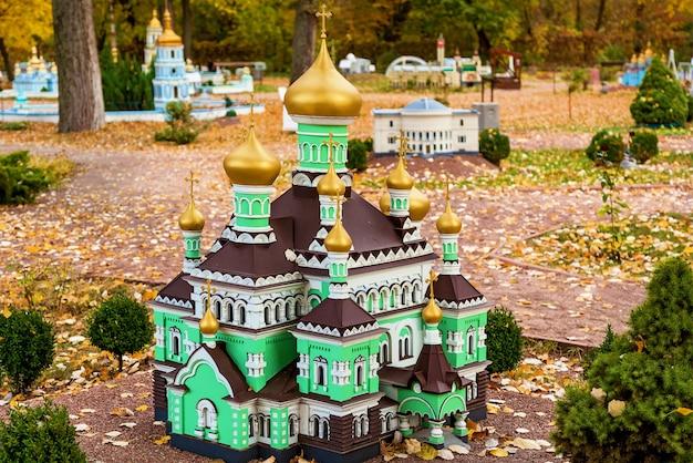 Parque de diversões de outono da igreja de st andrews em kiev, ucrânia em miniatura