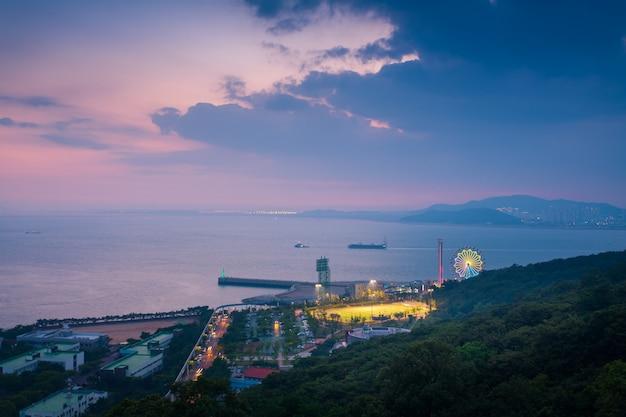 Parque de diversões de wolmi após o por do sol em incheon, coreia do sul.