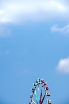 Parque de diversões delicia. ferris roda no céu.