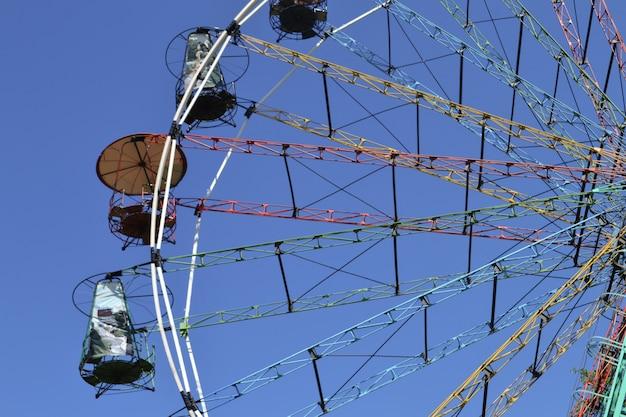 Parque de diversões. roda gigante no céu azul.