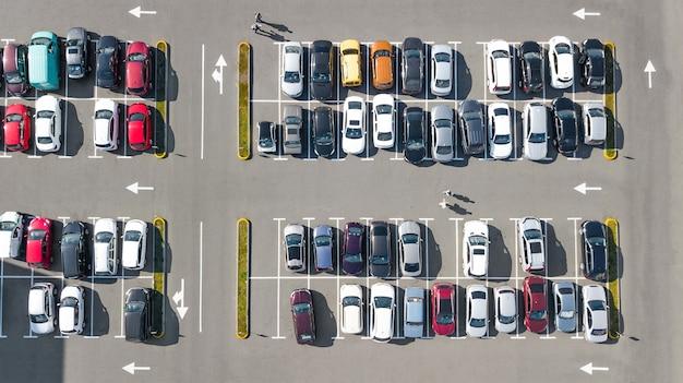 Parque de estacionamento com vista aérea do drone superior de muitos carros, transporte urbano e conceito urbano