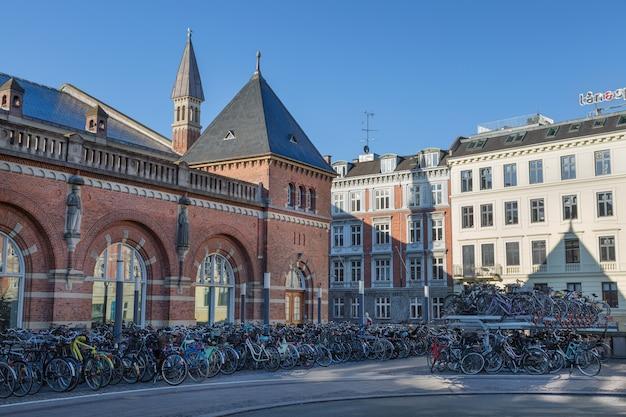 Parque de estacionamento de bicicletas ao nível de copenhaga dinamarca na estação ferroviária central