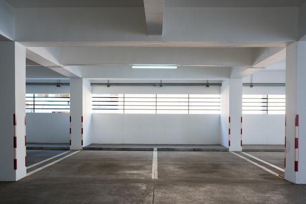 Parque de estacionamento vazio no edifício