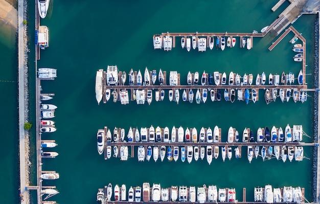 Parque de iates na baía