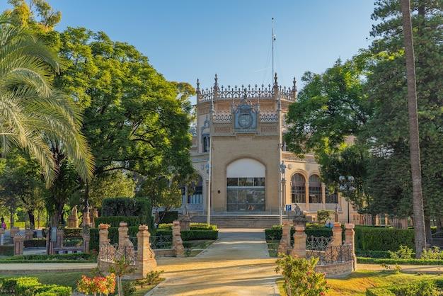 Parque de maria luisa é o famoso parque público com edifícios históricos em sevilla, ao longo do rio guadalquivir em sevilha, espanha.