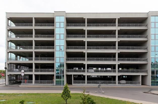 Parque de vários andares com fachada de vidro e concreto em zona residencial de luxo