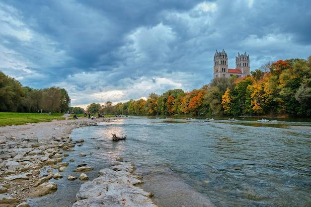 Parque do rio isar e igreja de são maximilian da ponte reichenbach munchen bavaria alemanha