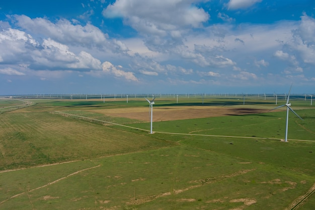 Parque eólico com vista panorâmica aérea e turbina de pás em um campo no oeste do texas